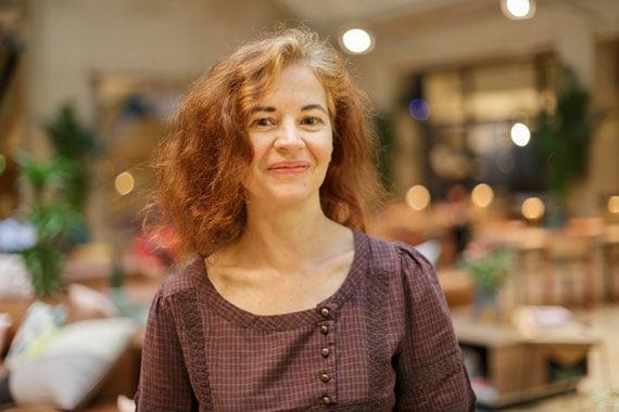 Hélène Courtois graphiste, femme souriante cheveux roux